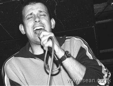 Tom Hingley performing with The Lovers